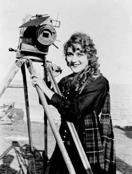 584px-Mary_Pickford_on_Beach_with_Camera,_ca._1916_(LOC)